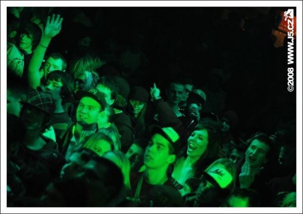 https://images.j5.cz/system/0000/0013/13058_d--fotka-mobile__battle-night-retro-music-hall.jpg