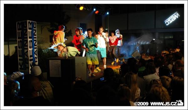 https://images.j5.cz/system/0000/0022/22356_d--fotka-mobile__jad-company-wesc-fashion-show.jpg