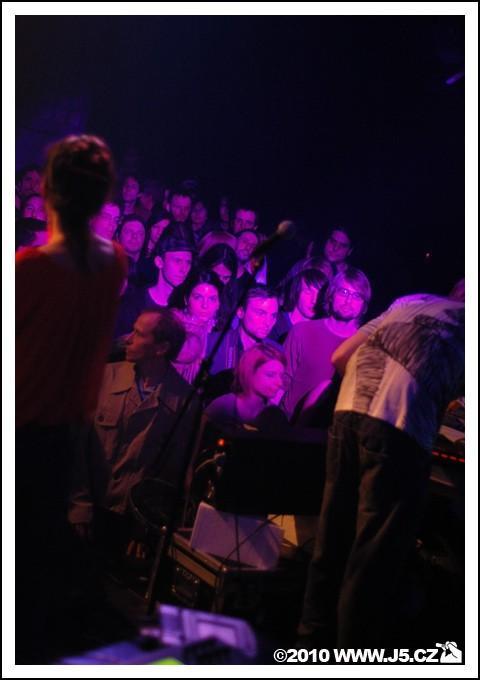 https://images.j5.cz/system/0000/0027/26552_d--fotka-mobile__www-koncert-v-meet-factory.jpg