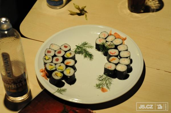https://images.j5.cz/system/0000/0037/37196_d--fotka-mobile__sushi.jpg