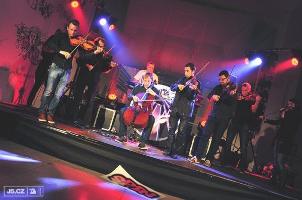 https://images.j5.cz/system/0000/0043/43364_d--fotka-mobile__dj-akvamen-a-orchestra.jpg