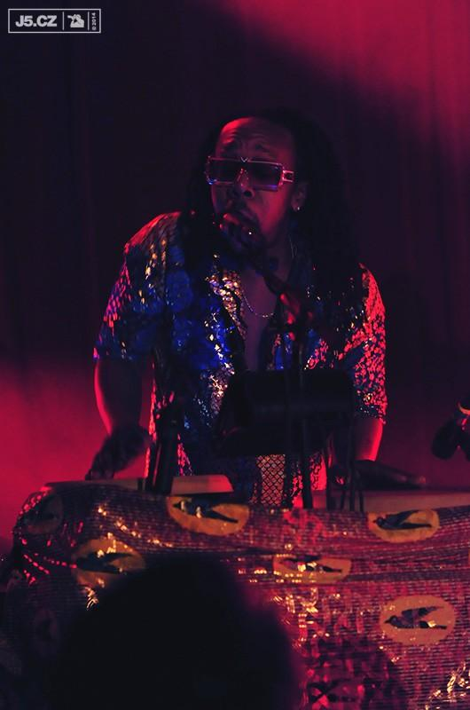https://images.j5.cz/system/0000/0044/43944_d--fotka-mobile__tendai-baba-maraire-shabazz-palaces.jpg