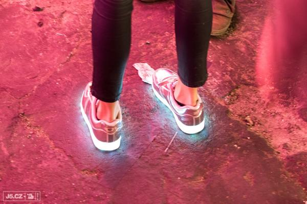 https://images.j5.cz/system/0000/0050/49925_d--fotka-mobile__svitici-sneakers.jpg