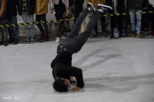 https://images.j5.cz/system/0000/0053/52860_d--fotka-mobile__daniel-rahman-se-dal-taky-na-breakdance.jpg