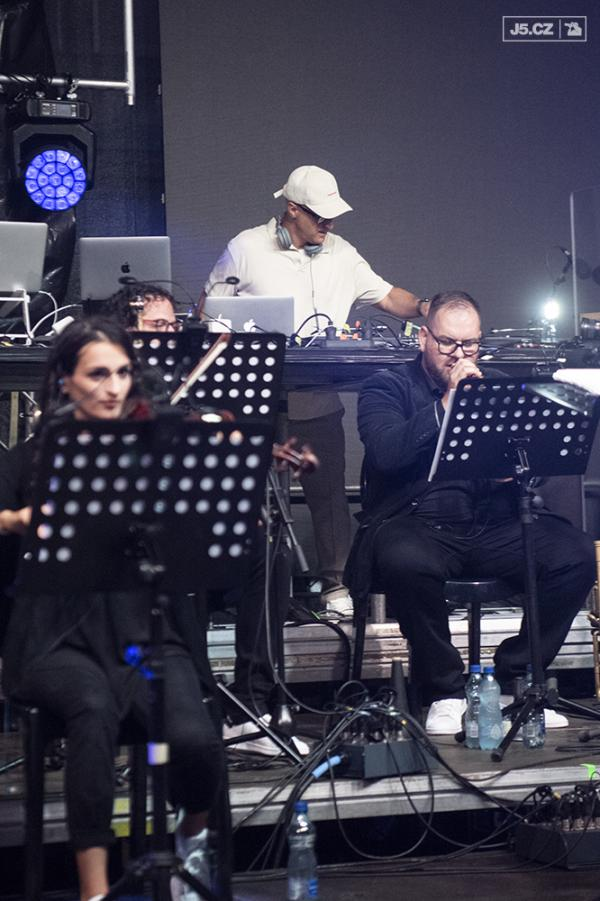 https://images.j5.cz/system/0000/0057/57497_d--fotka-mobile__dj-wich-a-unique-orchestra.jpg