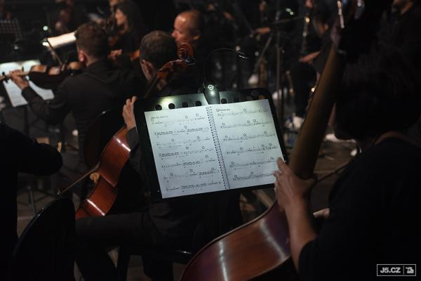 https://images.j5.cz/system/0000/0058/57501_d--fotka-mobile__unique-orchestra.jpg
